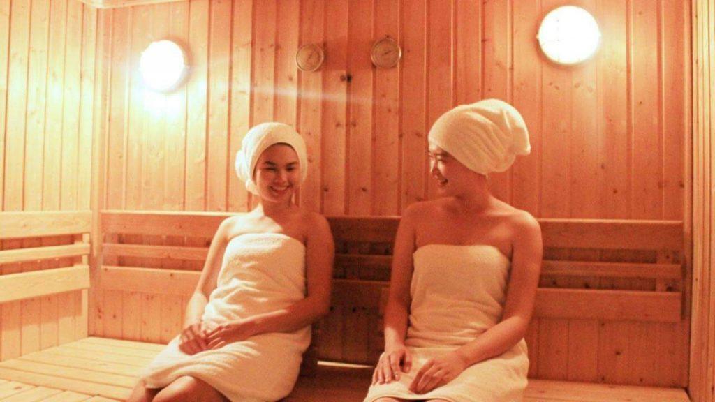 การอบซาวน่าหรืออาบน้ำร้อน ช่วยให้รู้สึกผ่อนคลายได้อีกด้วย